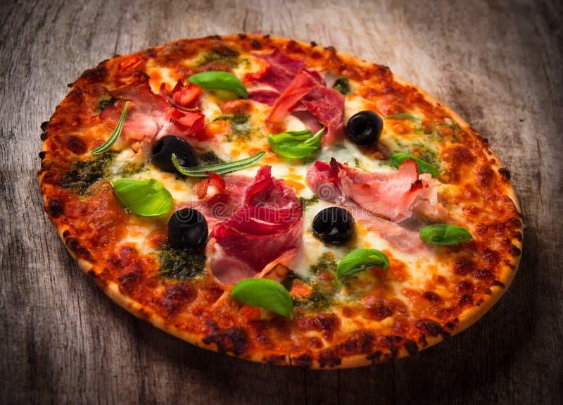Geschmackvolle italienische Pizza lizenzfreies stockfoto