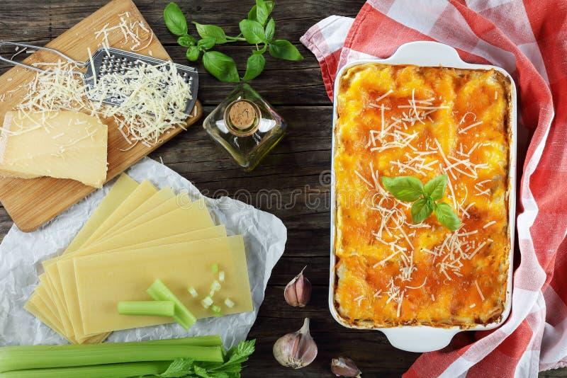 Geschmackvolle klassische italienische Lasagne im Teller lizenzfreies stockbild