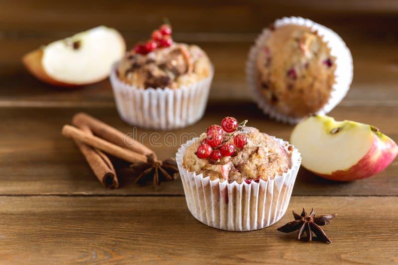 Geschmackvolle kleine Kuchen mit Beeren auf oberster hölzerner Hintergrund-selbst gemachtem kleinem Kuchen mit Berry Apple und Ge lizenzfreie stockfotografie