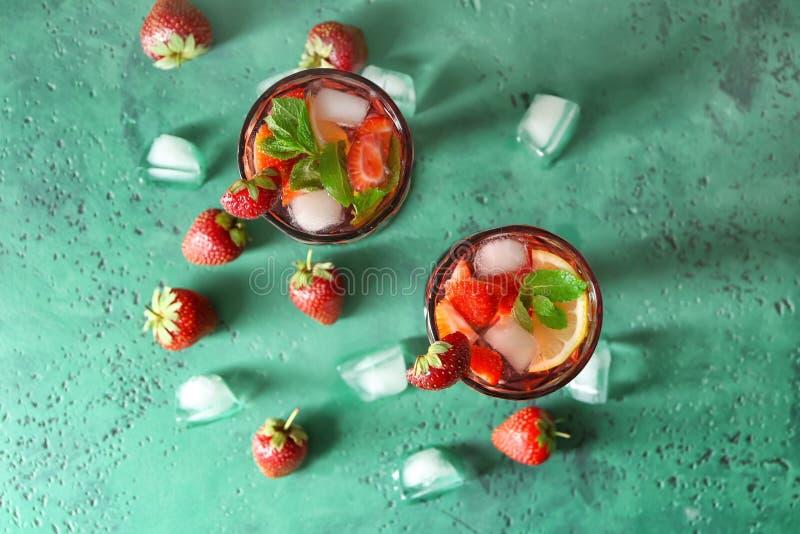 Geschmackvolle natürliche Limonade mit Erdbeeren in den Gläsern auf Tabelle lizenzfreies stockfoto