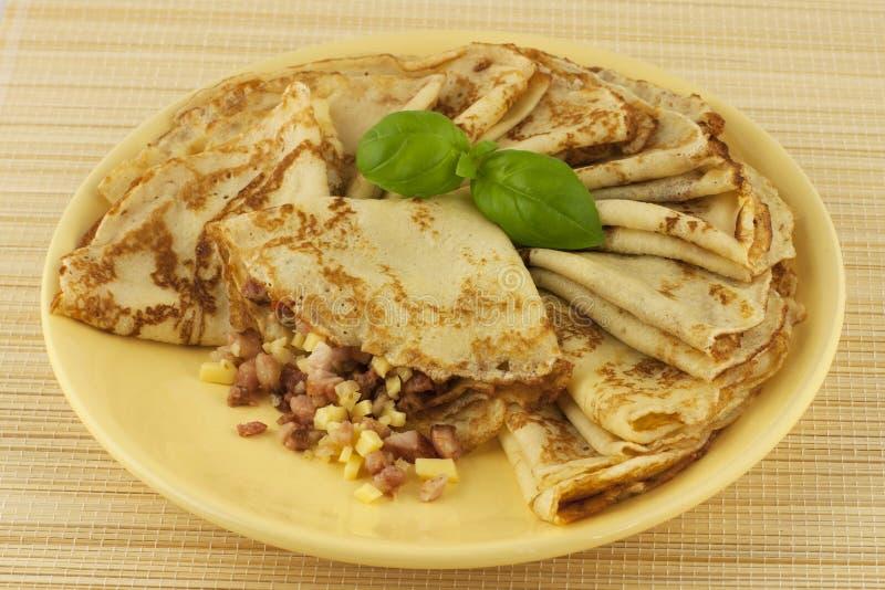 Russische Pfannkuchen mit dem Schinkenanfüllen stockfotos
