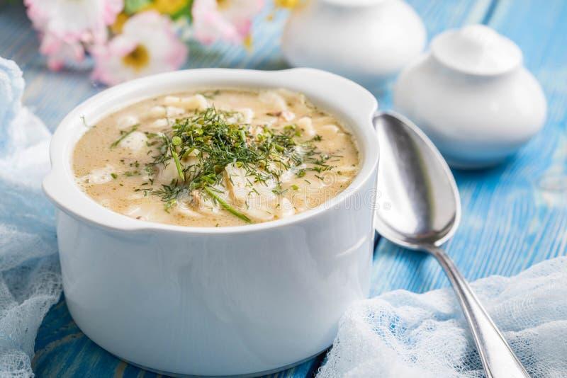 Geschmackvolle Pilzsuppe mit Nudeln auf einem Holztisch lizenzfreie stockbilder