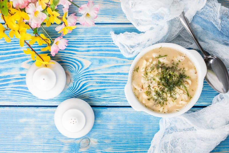 Geschmackvolle Pilzsuppe mit Nudeln auf einem Holztisch Draufsicht lizenzfreies stockbild