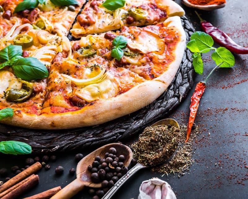 Geschmackvolle Pizza auf einem Schwarzen stockbild