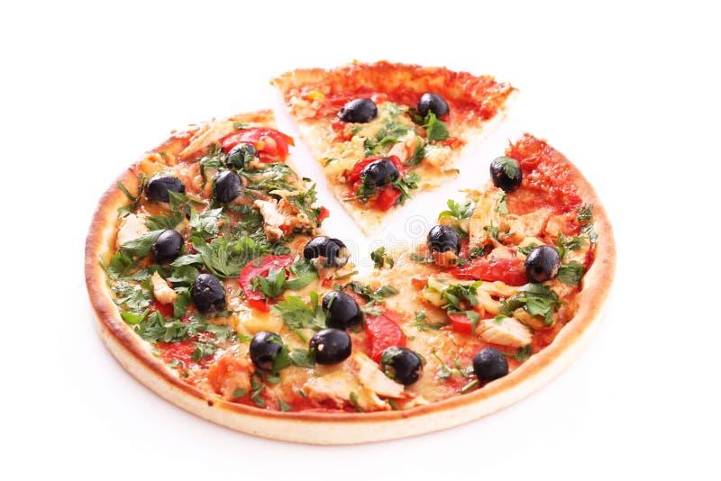 Geschmackvolle Pizza mit den Oliven getrennt stockbild