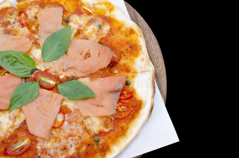 Geschmackvolle Pizza mit Lachsen stockfotos