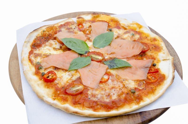 Geschmackvolle Pizza mit Lachsen lizenzfreie stockfotos