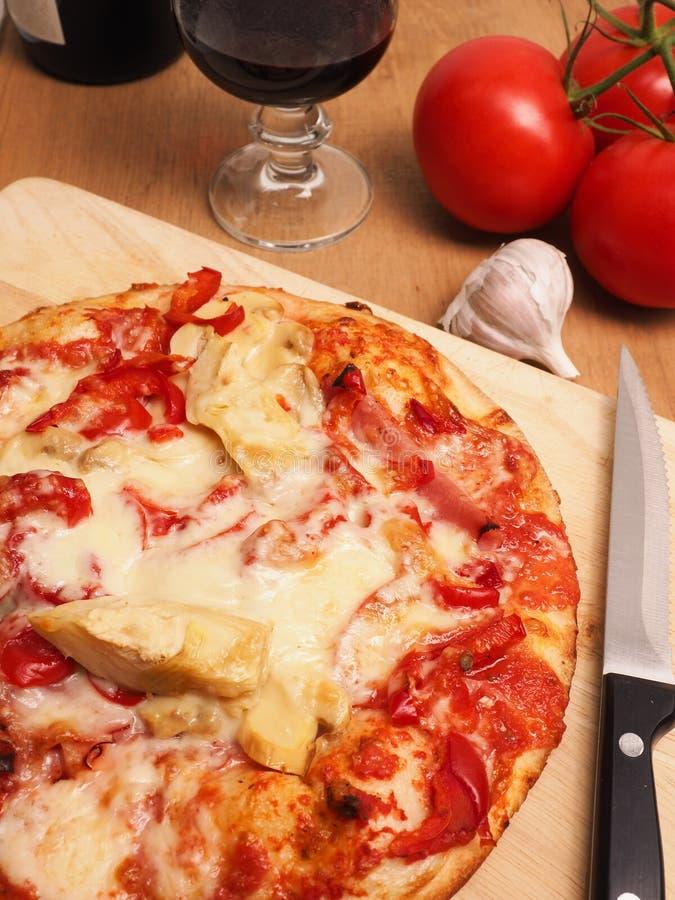 Geschmackvolle Pizza und Glas Wein lizenzfreie stockbilder