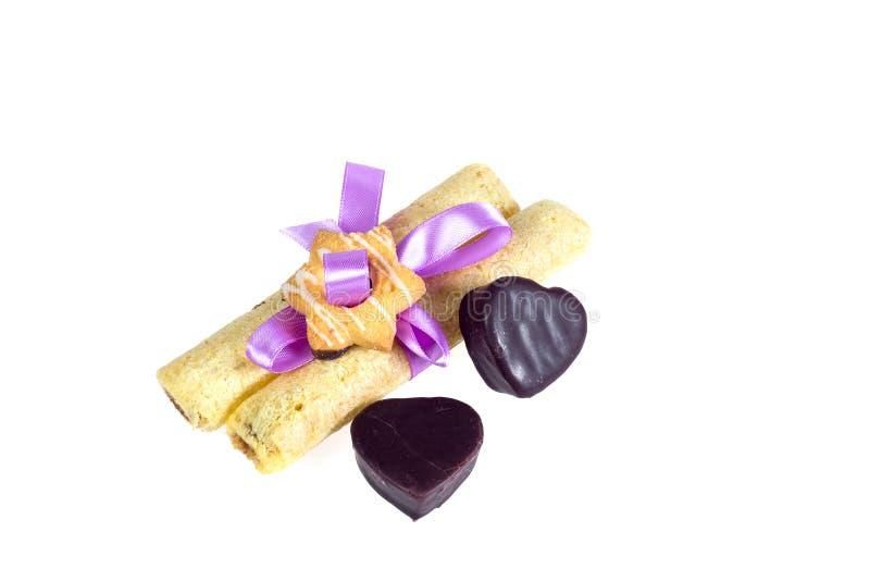 Geschmackvolle Plätzchen knoteten purpurrotes Band - eine Festlichkeit für geliebte lizenzfreies stockfoto