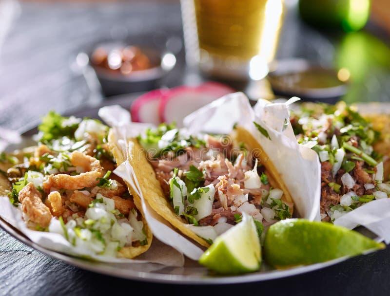 Geschmackvolle Platte mit drei authentischen mexikanischen Tacos stockfoto