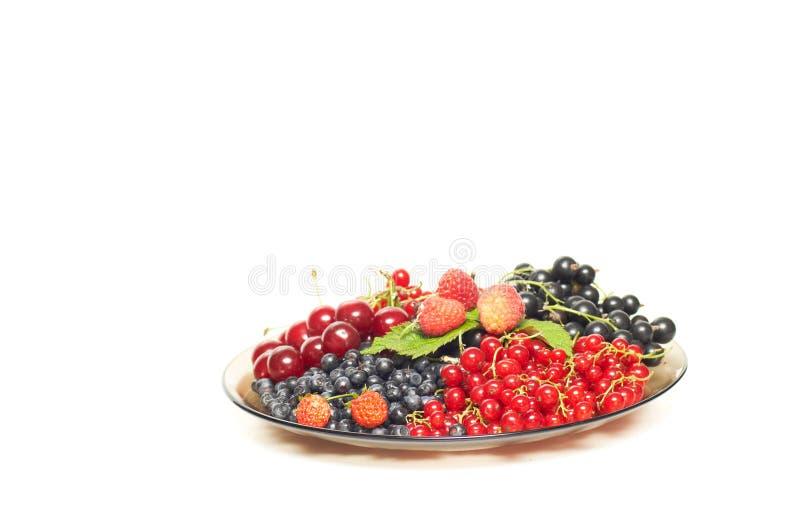 Geschmackvolle reife Beeren an der braunen Platte. stockbild