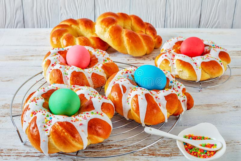 Geschmackvolle süße italienische umsponnene Ostern-Brot-Ringe stockfotografie
