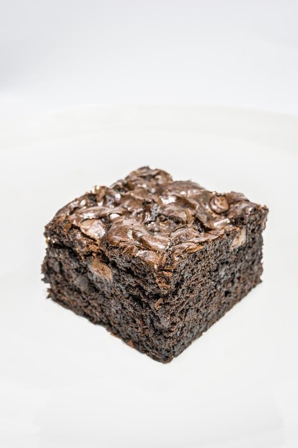 Geschmackvolle Schokoladen-Schokoladenkuchen auf weißem Hintergrund stockfoto