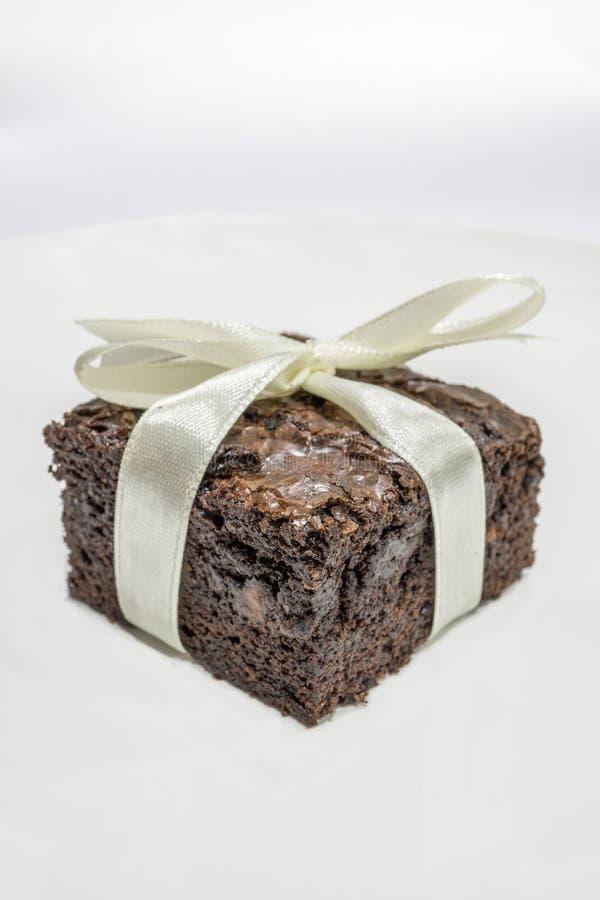 Geschmackvolle Schokoladen-Schokoladenkuchen auf weißem Hintergrund stockfotografie
