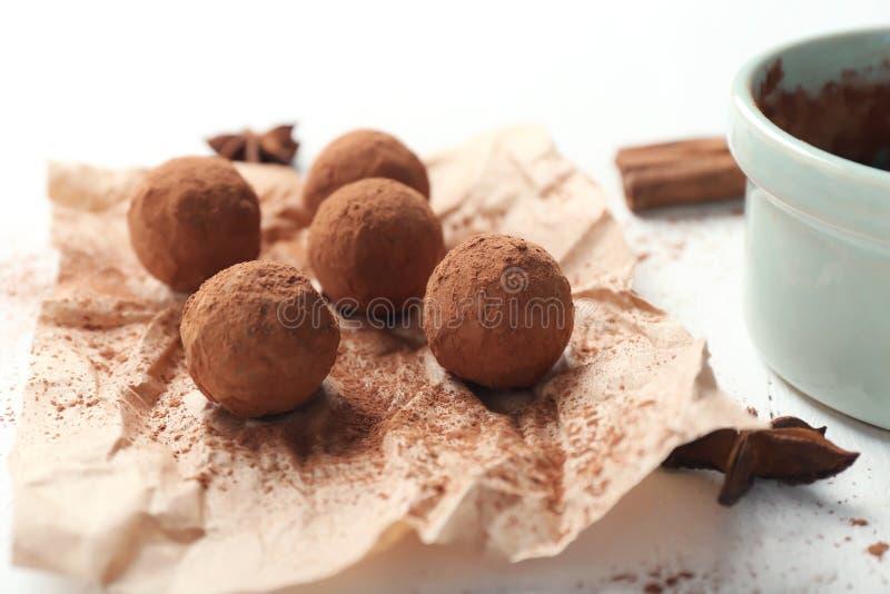 Geschmackvolle Schokoladentrüffeln auf weißer Tabelle, Nahaufnahme stockbilder
