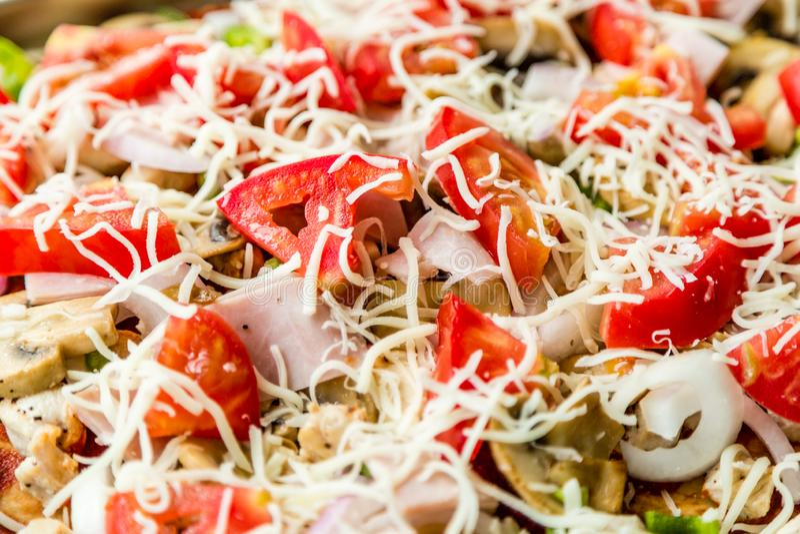 Geschmackvolle selbst gemachte Pizza mit Pilzen, Tomaten, Huhn, Käse auf grauem konkretem Hintergrund Draufsicht der heißen Pizza stockbilder