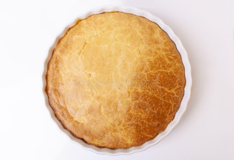 Geschmackvolle selbst gemachte Torte auf weißem Hintergrund lizenzfreie stockbilder