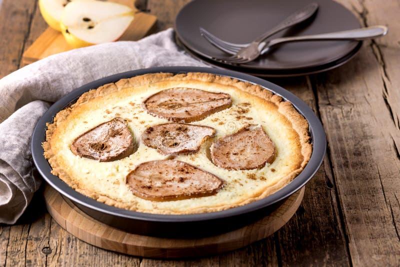 Geschmackvolle selbst gemachte Torte mit Birnen und Hüttenkäse Autumn Food Pears Pie oder Kuchen-hölzerner Hintergrund-horizontal lizenzfreie stockfotografie