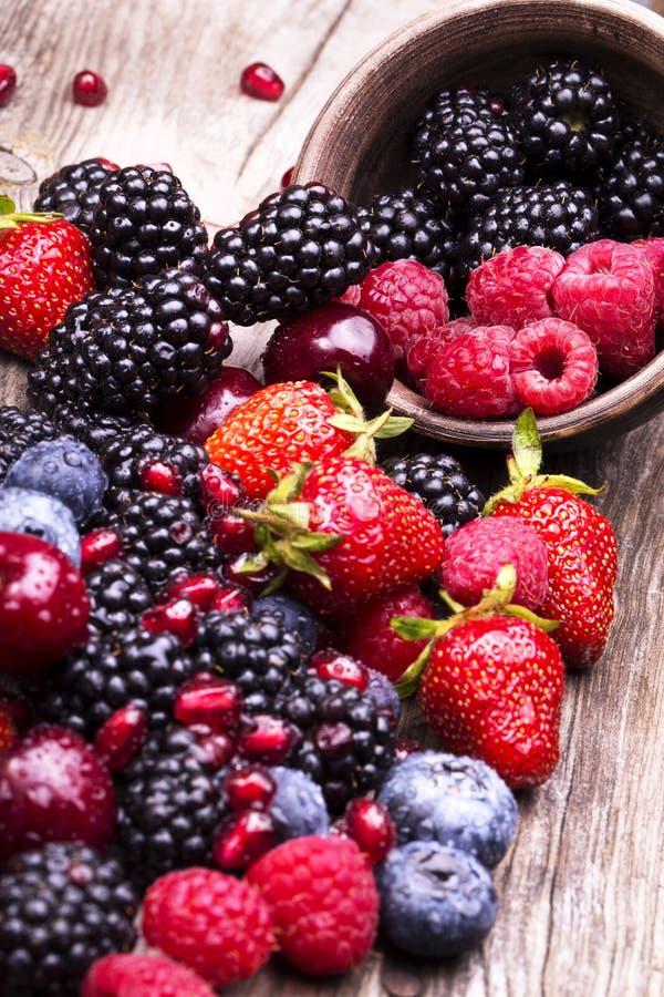 Geschmackvolle Sommerfrüchte auf einem Holztisch lizenzfreie stockbilder