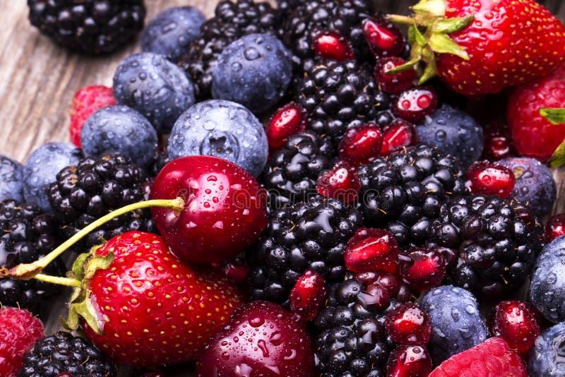 Geschmackvolle Sommerfrüchte auf einem Holztisch stockbilder