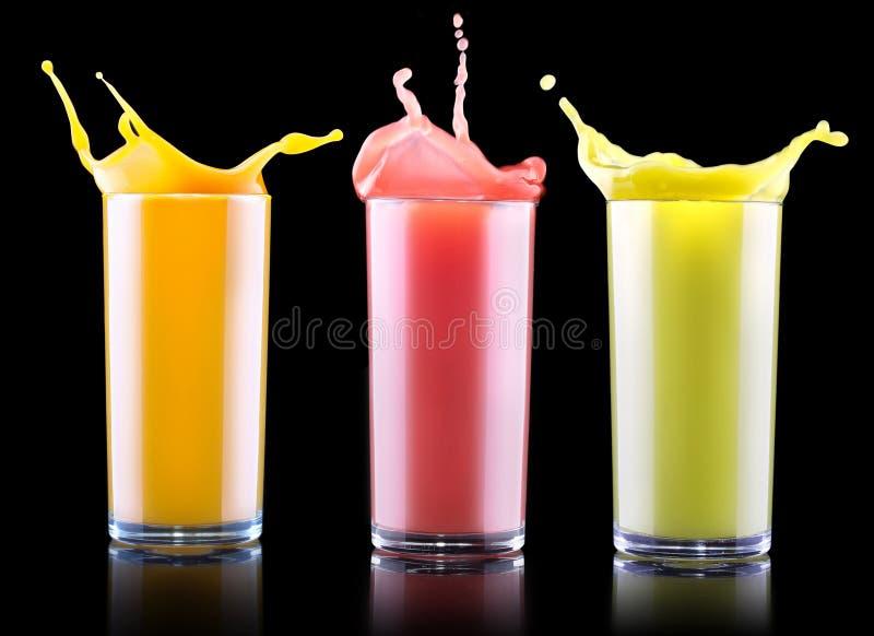Geschmackvolle Sommerfruchtgetränke im Glas mit Spritzen lizenzfreies stockbild