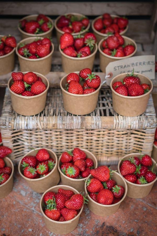Geschmackvolle tadellos reife Erdbeeren im Verkauf stockbilder
