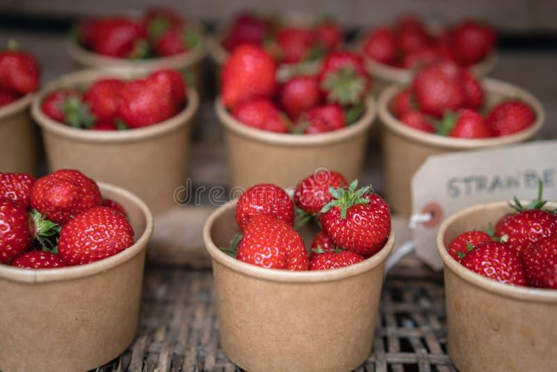 Geschmackvolle tadellos reife Erdbeeren im Verkauf lizenzfreie stockfotos