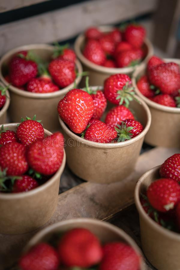 Geschmackvolle tadellos reife Erdbeeren im Verkauf stockfoto