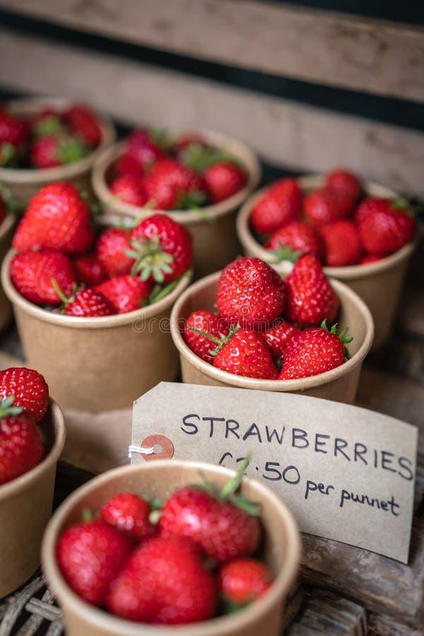 Geschmackvolle tadellos reife Erdbeeren im Verkauf stockbild