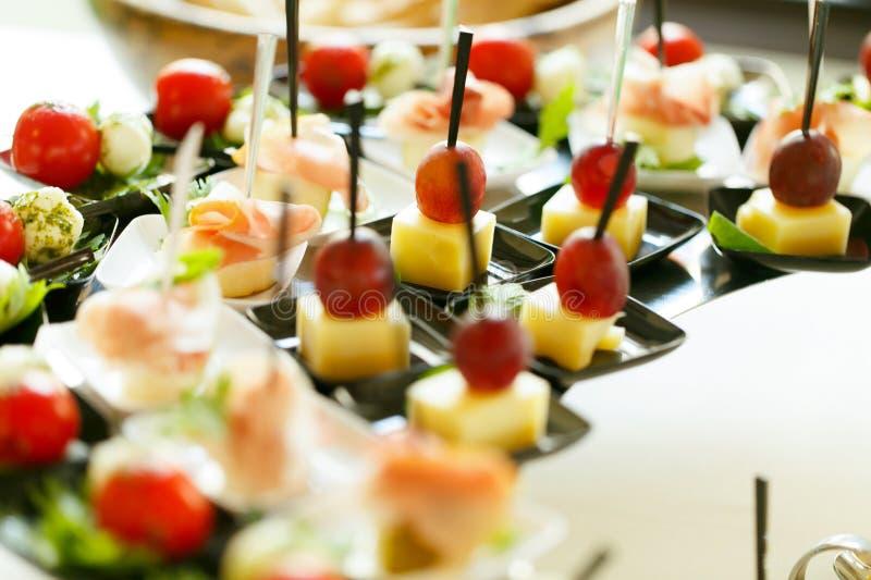 Geschmackvolle und elegante Kirschen auf Käse mit Zahnstochern köstliches w lizenzfreies stockbild