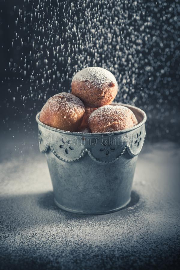 Geschmackvolle und selbst gemachte Minidonuts heiß und frisch gebacken stockbild