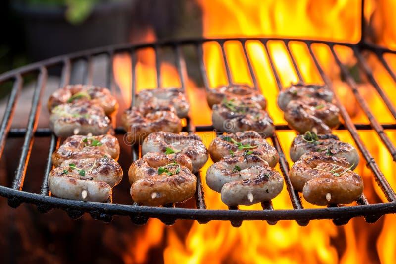 Geschmackvolle Wurst auf Grill mit Kr?utern und Gew?rzen im Sommer lizenzfreies stockbild