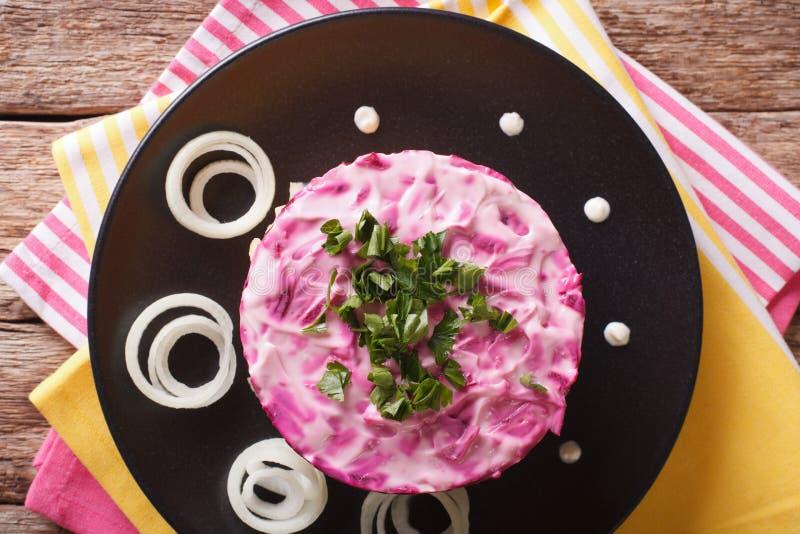 Geschmackvoller überlagerter Heringsalat mit Gemüse und Majonäsenabschluß stockbilder