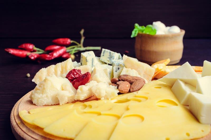 Geschmackvoller Aperitif Platte des Käses lizenzfreies stockbild
