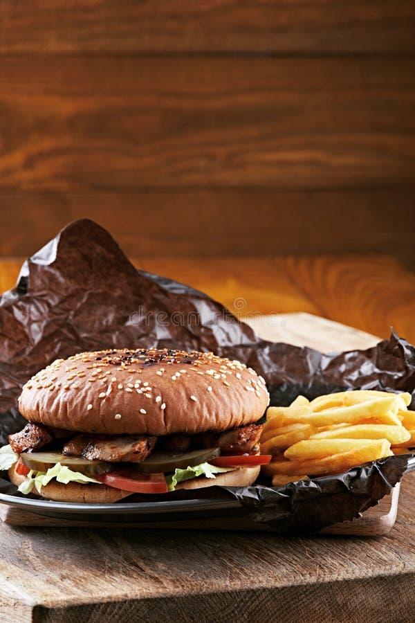 Geschmackvoller Burger mit Fischrogen und Soße stockfotos