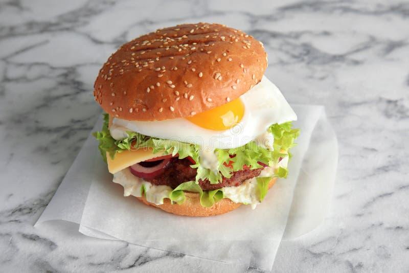 Geschmackvoller Burger mit Spiegelei stockfotos