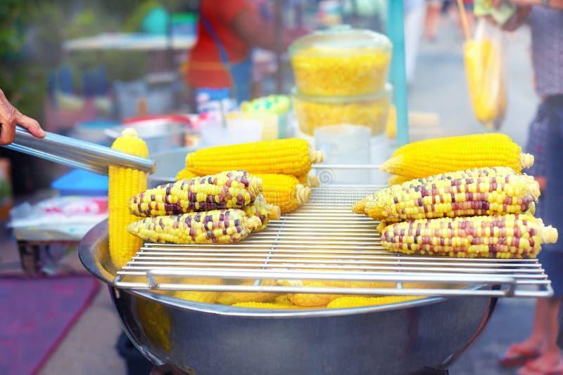 Geschmackvoller frischer gekochter Mais am Straßenmarkt stockbild