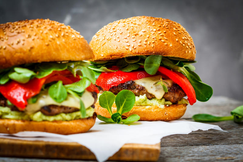 Geschmackvoller gegrillter Rindfleischburger stockbild