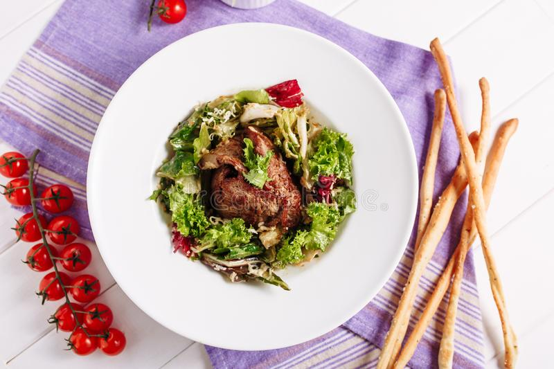 Geschmackvoller Grün-Salat des Schweinebraten-Fleisch-zarten Lendenstücks lizenzfreie stockfotos
