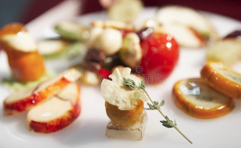 Geschmackvoller Imbiß auf Gaststättetabelle lizenzfreie stockbilder