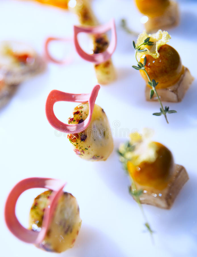 Geschmackvoller Imbiß auf Gaststättetabelle lizenzfreies stockbild