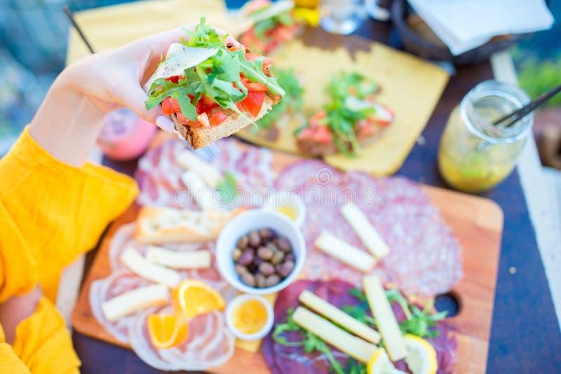 Geschmackvoller italienischer Snack Café im im Freien in Manarola, Cinque Terre, Italien lizenzfreie stockbilder