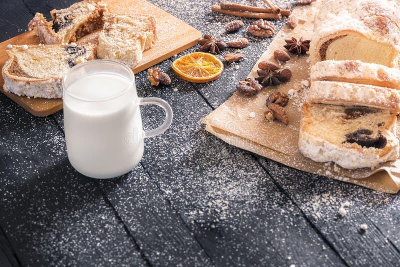 Geschmackvoller Nachtisch und Schale Milch lizenzfreie stockbilder