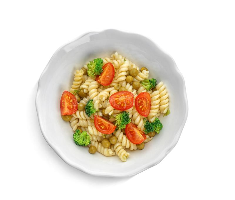 Geschmackvoller Nudelsalat mit Gemüse lizenzfreie stockbilder