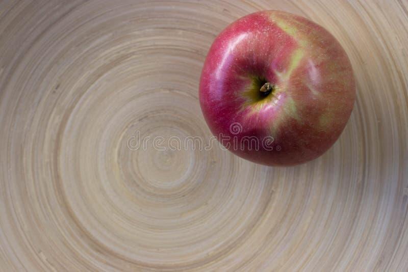 Geschmackvoller roher Apfel in den Kreisen stockfotos