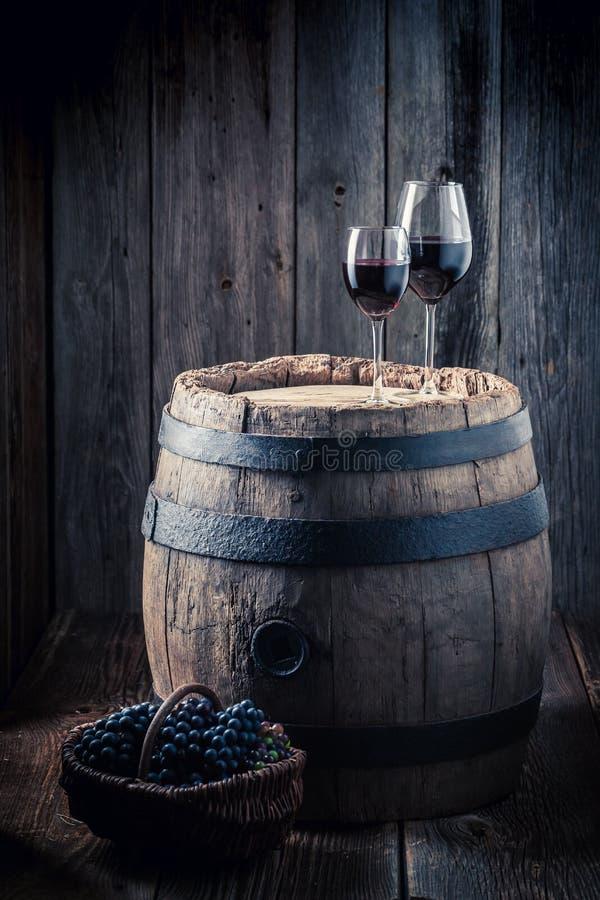 Geschmackvoller Rotwein und Trauben und Eiche rasen lizenzfreie stockfotos