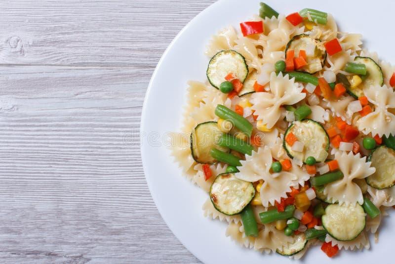 Geschmackvoller Salat von farfalle Teigwaren mit Draufsicht der Gemüsenahaufnahme lizenzfreie stockfotos
