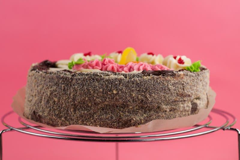 Geschmackvoller Schokoladenkuchen der ganzen Runde auf glänzendem Gitter des Metallchroms stockfoto