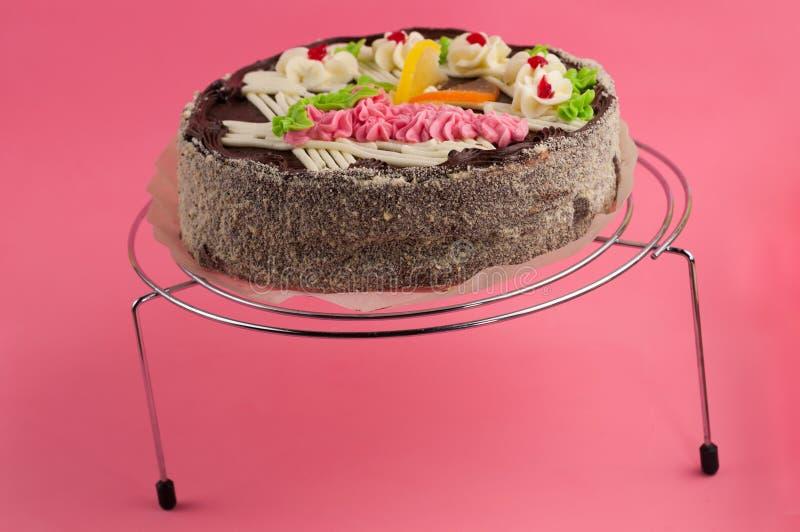 Geschmackvoller Schokoladenkuchen der ganzen Runde auf glänzendem Gitter des Metallchroms stockfotografie
