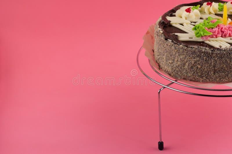 Geschmackvoller Schokoladenkuchen der ganzen Runde auf glänzendem Gitter des Metallchroms stockbilder